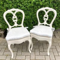Bruiloft styling met trouwstoelen