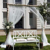 Bruiloftstyling met een trouwbankje