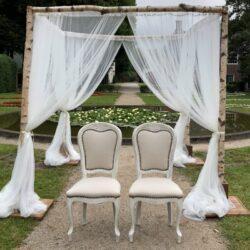 Bruiloftdecoratie met trouwstoelen