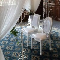 Bruiloftstyling met trouw stoelen