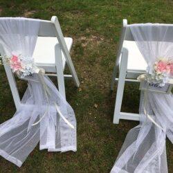 Bruiloftstyling met trouwstoelen simpel