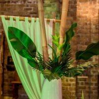 Bruiloft ceremonie met zijde bloemen