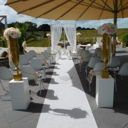 Bruiloft ceremonie styling met zijde bloemen