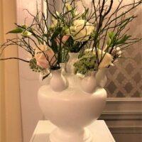 Pastel bloemen op pilaar voor bruiloft styling